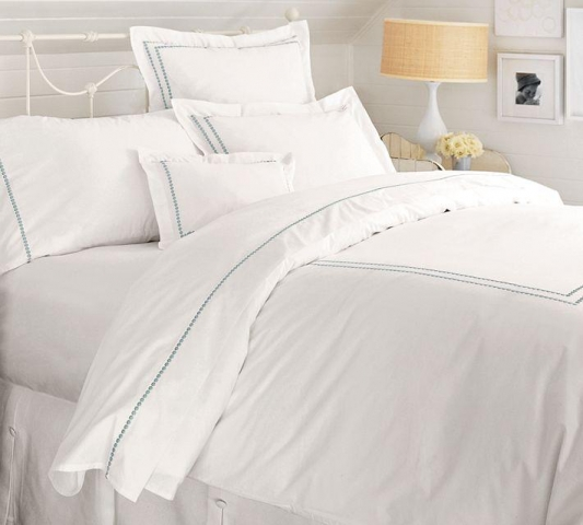 Cama vestida con sábanas de festón - Kimberly Home